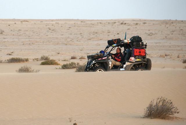 Езда на квадроцикле в пустыне