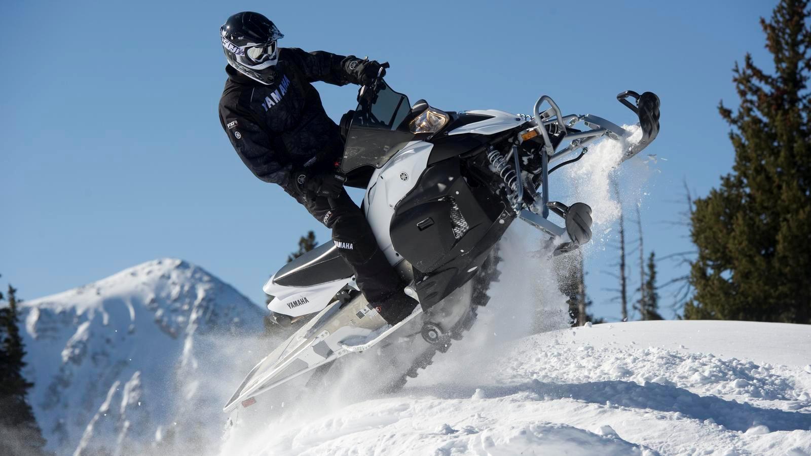 Спортивные японские снегоходы