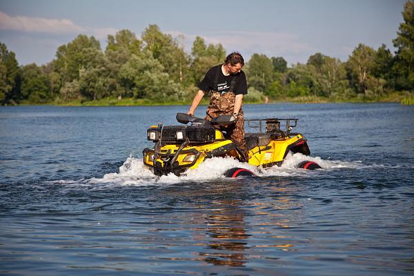 На квадроцикле по воде: поплавки на колеса